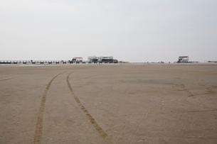 ザンクトペーターオルディングの砂浜に残るタイヤ跡の写真素材 [FYI02642577]