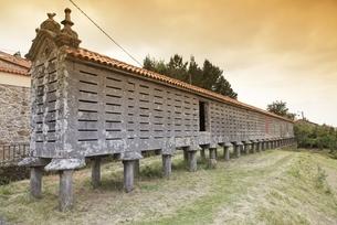 Horreo de Carnota, famously long granary, Lira, Galiciaの写真素材 [FYI02642607]