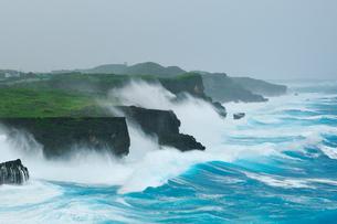 台風で荒れる海 七又海岸の写真素材 [FYI02642623]