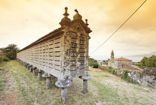 Horreo de Lira, famously long granary, Lira, Galicia, Spainの写真素材 [FYI02642627]