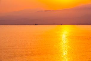 朝焼けに染まる富山湾の写真素材 [FYI02642725]