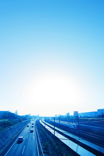 ソーラーパネルと京成スカイライナーの写真素材 [FYI02642758]