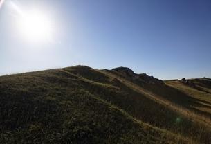 grass hills, rocks, sun, Goldberg, Noerdlinger Riesの写真素材 [FYI02642852]