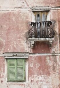 window, balcony, Omis, Dalmatia, Croatiaの写真素材 [FYI02642867]