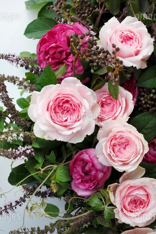 ピンクのバラのナチュラルなアレンジメントの写真素材 [FYI02642923]