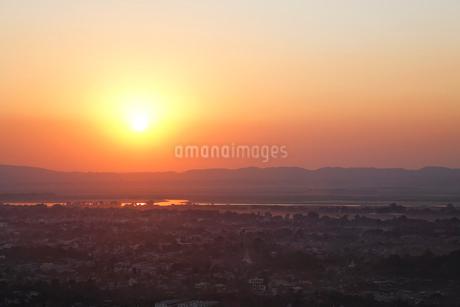 マンダレーヒルから見た日没の写真素材 [FYI02642955]