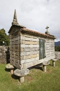 horreo (typical granary), Esteiro, near Muros, Galicia, Spainの写真素材 [FYI02643048]