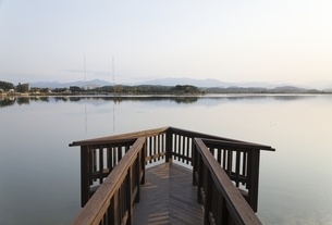 Gyeongpoho Lake, evening sky, viewing platform, Gangneungの写真素材 [FYI02643074]