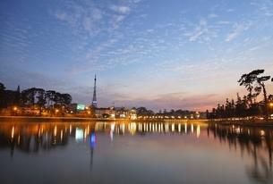 Dalat Eiffel Tower, Xuan Huong Lake, Dalatの写真素材 [FYI02643108]