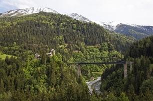 Schloss Wiesberg, castle & Trisanna railroad bridgeの写真素材 [FYI02643151]