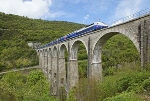 Viaduc de Cize-Bolozon, railroad bridge, TGV-train, Franceの写真素材 [FYI02643170]