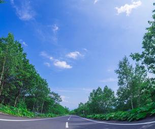 北海道 十勝平野 点景  青空と雲と直線道路 の写真素材 [FYI02643187]
