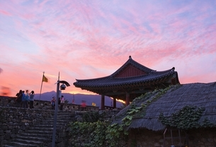 South Gate, sunset sky, Ssangcheong-nu Pavilionの写真素材 [FYI02643189]