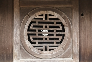 window, Xung Khiem Pavilion, Tomb of Tu Duc, Hueの写真素材 [FYI02643257]