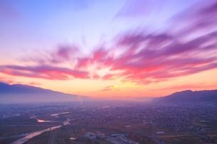 朝焼けのの上田市街と流れる雲の写真素材 [FYI02643477]