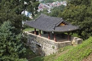 Yeongdongnu, East Gate Pavilion, Gongsanseong Fortressの写真素材 [FYI02643526]
