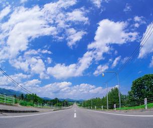 北海道 十勝平野 点景  青空と雲と直線道路 の写真素材 [FYI02643543]