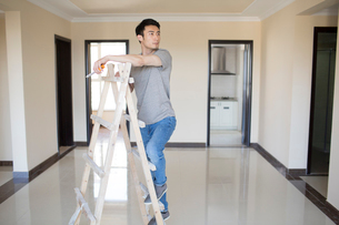 Young Chinese man working on home renovationの写真素材 [FYI02643549]