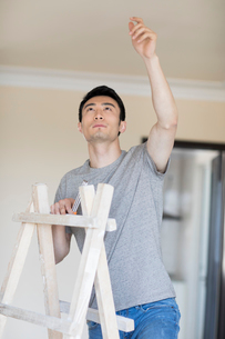 Young Chinese man working on home renovationの写真素材 [FYI02643550]