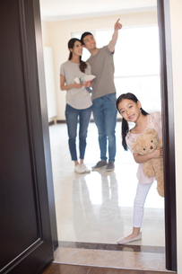 Happy young Chinese family working on home renovationの写真素材 [FYI02643551]
