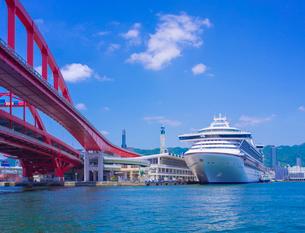 青空の神戸ポートターミナルと豪華客船の写真素材 [FYI02643630]