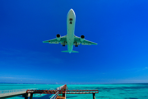 旅客機の訓練飛行 下地島空港の写真素材 [FYI02643753]