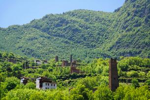 チベット族の村と望楼の写真素材 [FYI02643879]