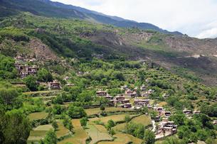 チベット族の村と望楼の写真素材 [FYI02643894]