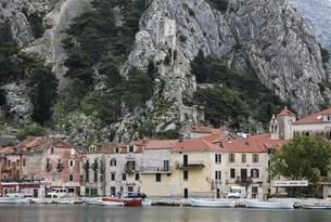 houses, castle, Omis, Dalmatia, Croatiaの写真素材 [FYI02643910]