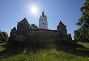 fortified church, sun, Harman (Honigberg), Transylvaniaの写真素材 [FYI02643936]