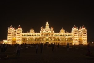 Mysore Palace (Amba Vilas), evening view, illuminationの写真素材 [FYI02643991]