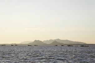 早朝の河と小船の写真素材 [FYI02644022]
