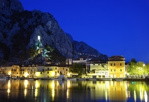 houses, castle, evening view, Omis, Dalmatia, Croatiaの写真素材 [FYI02644031]