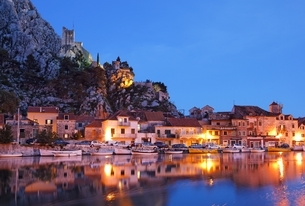 houses, castle, evening view, Omis, Dalmatia, Croatiaの写真素材 [FYI02644081]