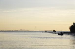早朝の河を渡る小船の写真素材 [FYI02644104]