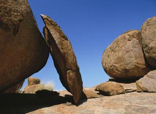 デビルズマーブルの奇岩と青空の写真素材 [FYI02644118]
