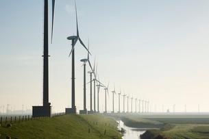 建ち並ぶ風車の写真素材 [FYI02644196]