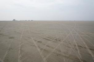 ザンクトペーターオルディングの砂浜に残るタイヤ跡の写真素材 [FYI02644296]