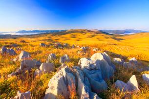 冠山から望むカルスト台地の石灰岩と龍護峰などの山並みの朝景の写真素材 [FYI02644335]