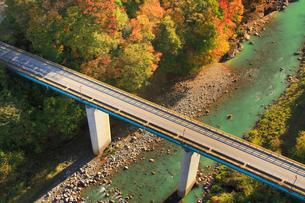 紅葉の吾妻渓谷と上湯原橋,上流方向を望むの写真素材 [FYI02644453]