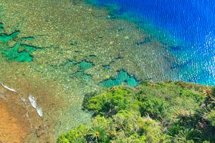 茅打バンタから望む宜名真の珊瑚礁俯瞰の写真素材 [FYI02644466]