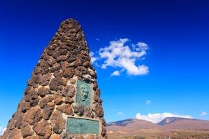 シュナイダー記念塔と四阿山と根子岳の写真素材 [FYI02644510]