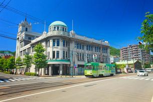 函館地域交流まちづくりセンターと函館市電の写真素材 [FYI02644625]
