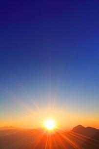 浅間山から昇る朝日と冠着山などの山並みの写真素材 [FYI02644642]