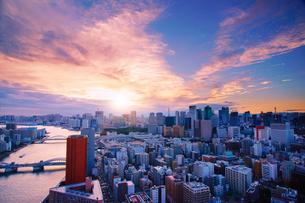 明石町から望む西南西方向のビル群と隅田川と夕日の写真素材 [FYI02644707]
