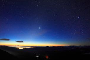 富士見岳から望む八ケ岳などの山並みと黎明の星空の写真素材 [FYI02644752]