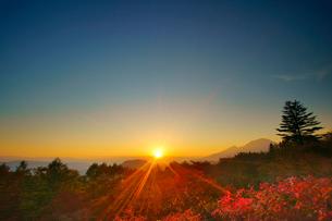 旧碓氷峠見晴台から望む浅間山と紅葉のモミジと夕日の写真素材 [FYI02644808]