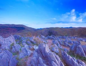 黎明のカルスト台地の石灰岩と龍護峰などの山並みの写真素材 [FYI02644851]