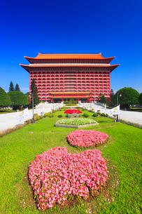 圓山大飯店と花壇の写真素材 [FYI02644857]