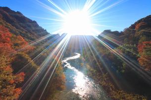 紅葉の吾妻渓谷と太陽の光芒,上流方向を望むの写真素材 [FYI02644926]